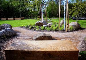 Jak do zahrady zakomponovat velké kameny?