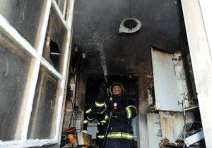 Požár v kuchyni způsobil pořádnou spoušť: Z domu v Podolí hasiči zachránili pět osob