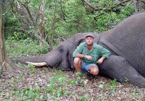 Lovce Theunise Botha dohnala jeho vášeň, při lovu ho zavalil slon.