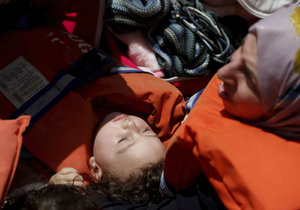 Do Evropy se přes Středozemní moře stále snaží dostat stovky uprchlíků.