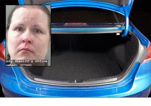 39letá Teri Castillová chtěla jít na nákup, své dvě malé děti se proto rozhodla zamknout do kufru auta, teď čelí obvinění z týrání dětí.