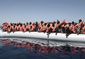 Italská pobřežní stráž hlásí krušný víkend, ze Středozemního moře zachránila už 1650 migrantů.