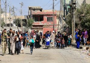 Lidé prchají z Mosulu (ilustrační foto).