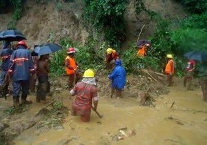 Sesuvy půdy, které zapříčinily silné monzunové deště, si vyžádaly v Bangladéši desítky mrtvých.