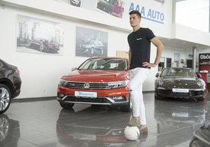 Fotbalista Patrik Schick vyfasoval nové auto. To se to bude v Janově jezdit.
