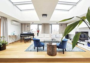 Obývací pokoj Propojení obytného prostoru s velkou terasou bylo tím, co manžele na první pohled nadchlo. Rodinný miláček – klavír – tu získal čestné místo. Dáša k němu zvolila ladící ramenová světla Lampe Gras.