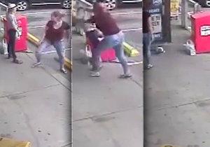 Teprve dvanáctiletou dívku napadla žárlivá žena.