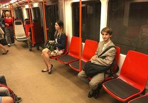 Martině (sedící vlevo) přijdou sedačky hezké, ale nepohodlné na záda. Jan je naprosto spokojený.