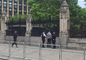 Policie zadržela člověka s nožem, který byl před budovou britského parlamentu.