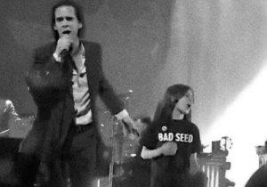 Nick Cave vytáhl při svém koncertu na pódium malého chlapce, kterého nechal zpívat a tančit spolu s ním.