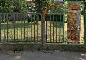 Gumoví medvídci na sloupku plotu v Lublaňské ulici v Praze 2.