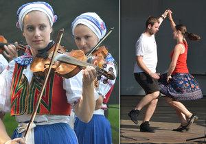 Strážnický folklorní festival oblehly od první minuty davy návštěvníků.