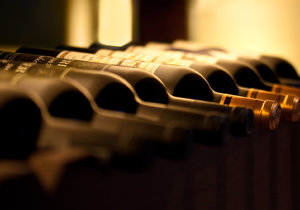 V Dolomitech skladují víno pod vodou.