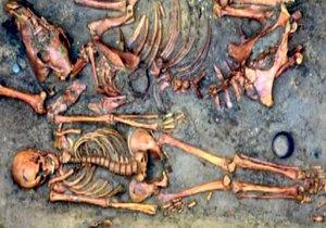 V hrobech byli »skrčenci«: Archeologové odkryli v Rajhradě pozůstatky osídlení z domy kamenné