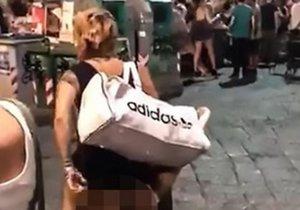 Dvojice si užívala sex přímo uprostřed italského náměstí.