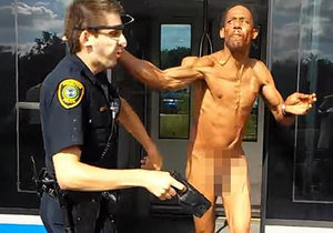 Naháč zaútočil sprejem proti hmyzu na policistu.