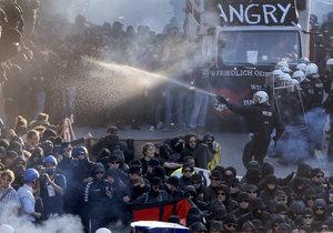 Protesty proti mocným a summitu G20 přerostly v německém Hamburku ve střety s policií