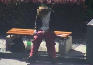 Šok v centru Prahy: Sedí tu muž se ztopořeným penisem a onanuje, volala o pomoc na tísňovou linku