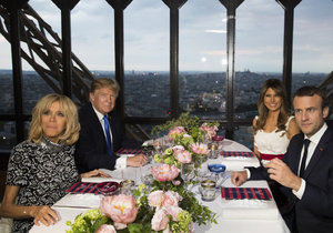 Macron s manželkou Brigitte pozvali Donalda Trumpa s jeho chotí na večeři na Eiffelovku.