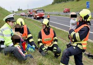 Nehoda u Kynšperku: Čtyř dětí z havarovaného auta se ujali hasiči s policisty.
