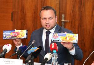 Ministr zemědělství Marian Jurečka (KDU-ČSL) ukazuje rozdíly v rybích prstech z Německa, které mají více masa než ty stejné prodávané v České republice.