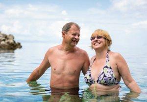 Častý pobyt na slunci způsobuje rychlejší stárnutí kůže především u žen.