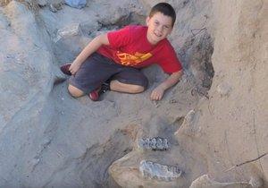 Chlapec na vycházce zakopl o kost. Našel tak milion let starého dinosaura
