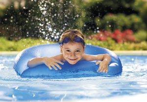 Přípravky bazénové chemie, které jsou registrovány ministerstvem zdravotnictví ČR, vyčistí vodu tak, že se v ní mohou bez problémů koupat i nejmenší děti.