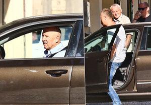 Petr Nárožný nedokázal sám zaparkovat.