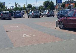 V Praze chybí parkovací místa pro handicapované: Město chce jejich počet navýšit