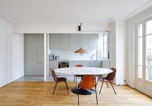 Podlahy dodaly střídmému interiéru šmrnc