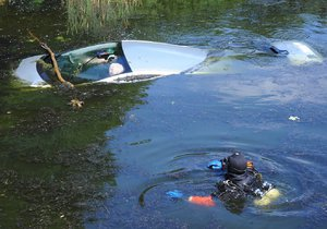 Řidič zajel v Braníku autem do rybníčku:  Přemohl ho mikrospánek
