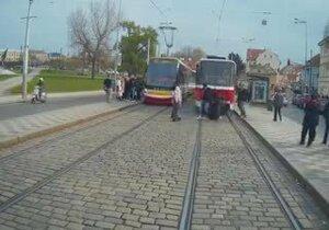 Drsné záběry z kabiny řidičky tramvaje ukazují, čemu musí denně čelit.