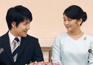 Princezna Mako se svým milým Keiem Komurou před novináři