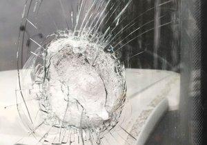 Blázen v mercedesu (32) vybržďoval kamion, pak vytáhl na jeho řidiče kladivo a poničil mu vůz