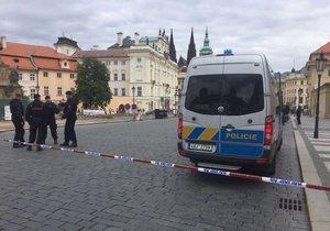 Policisté uzavřeli Hradčanské náměstí: Cizinci ve Schwarzenberském paláci zapomněli batoh