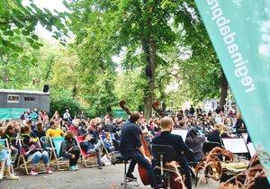 Filharmonický orchestr zahrál známé soundtracky z filmů. Hru narušil popový koncert odvedle