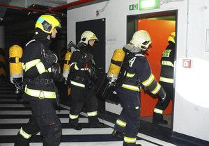Hasiči vyjížděli na Pankrác do zakouřené budovy: V domě hořela elektroinstalace