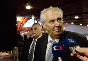 Český prezident Miloš Zeman hovoří s novináři před svým vystoupením na Parlamentním shromáždění Rady Evropy (PSRE) 10. října ve Štrasburku.