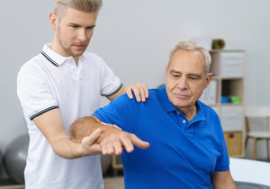 Rehabilitace pomáhá nemocným zmírnit obtíže.