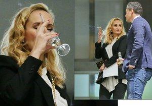 Monika Absolonová s vínečkem a cigaretou