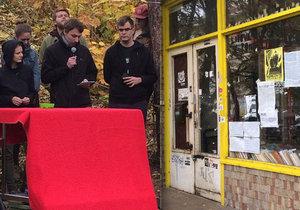 Aktivisté přes soudní rozhodnutí obývají Kliniku. Majitel je vyzval k vyklizení domu