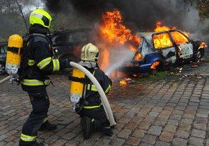 V Nuslích hořela auta, hasiči zasahovali ve Ctiradově ulici.
