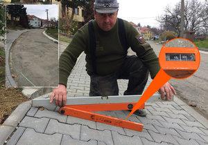 Zdeněk Kaňa (51) s vodováhou a úhloměrem , kterým ukazuje nebezpečný sklon chodníku.
