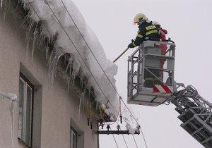 Na chlapečka v Kořenově spadl ze střechy led: Skončil v nemocnici v Praze. (ilustrační foto)