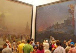 Velkoformátové obrazy Alfonse Muchy odlétají do Tokia.