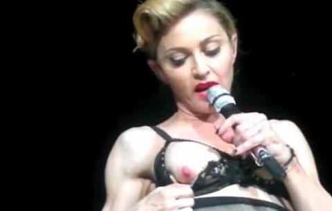 VIDEO: Madonna odhalila Turkům prso!