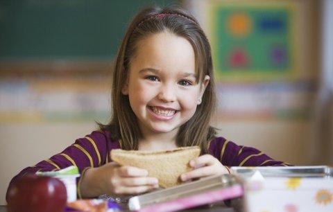 Poradíme vám, co ráno zabalit malému školákovi do svačinového boxu, aby byla dopolední svačinka zdravá a přitom dobře chutnala.