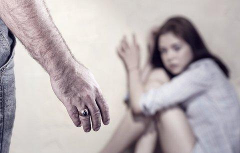 Žena v Hradci za jízdy vyskočila z vozu: Manžel ji týral a zamykal doma