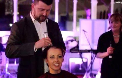 Nevěsta se ostříhala dohola, manžela s rakovinou slinivky dojala k slzám